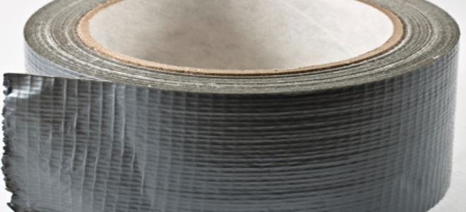 Как удалить остатки клейкой ленты с одежды?