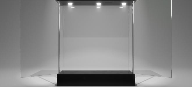 Стеклянная витрина против пластика