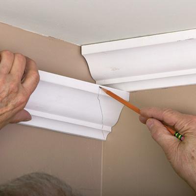Как установить потолочный плинтус?