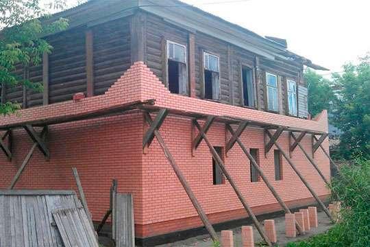 Как обложить деревянный дом кирпичом?